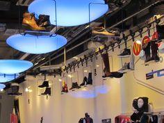 In deze Berlijnse schoenenwinkel worden de schoenen al vliegend geëtaleerd.