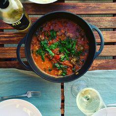 Tajine met tomaat, gehaktballetjes, peterselie, zwarte peper, knoflook koriander, peterselie, komijn, ui en een heerlijke fles wijn