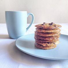 Uma quarta feira com chuva e com cookies delicia! Essa receita e da incrível  @danybettyboop .A Wednesday with rain and cookies delight! This revenue and @danybettyboop amazing .  Ingredientes  80g de farinha de amêndoas  50g de farinha de coco  60g de xilitol  2 ovos  60g de manteiga  gotas de chocolate 70% a gosto  Modo de fazer  Em um tigela misture com as mãos todos os ingredientes, molde os cookies, disponha sobre um tapetinho de silicone pra não grudar, e asse em forno preaquecido (…