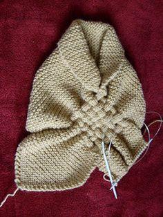 Cuello hecho a palillos o dos agujas como lo quieran llamar, color suave, textura liviana,...