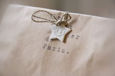 ✂ That's a Wrap ✂ diy ideas for gift packaging and wrapped presents - Clay star, jute twine, and kraft paper Craft Packaging, Paper Packaging, Pretty Packaging, Cookie Packaging, Creative Gift Wrapping, Present Wrapping, Creative Gifts, Natural Christmas, Simple Christmas