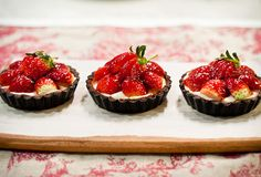 (suddenly im worrying if thats the wrong name for it. Strawberry Crush, Strawberry Topping, Strawberry Tarts, Fruit Tarts, Strawberry Desserts, Desserts Menu, Just Desserts, Dessert Recipes, Chocolate Strawberries