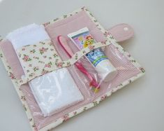 Toalha macia com barrado compõe a … Hygiene kit in floral cotton fabric. Soft towel with barred make up the piece. Fabric Crafts, Sewing Crafts, Sewing Projects, Patchwork Kitchen, Bijoux Fil Aluminium, Patchwork Blanket, Soft Towels, Baby Boy Blankets, Sewing Notions