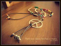 Collar con símbolo de la paz, realizado en hilo encerado marrón con combinación de hilos de colores y entrepiezas varias.