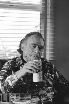 """Charles Bukovski: el consumo es una forma de suicidio que te permite volver a la vida y empezar de nuevo cada día. Es como matarse a uno mismo para volver a renacer. Creo que he vivido unas diez o quince mil vidas hasta ahora."""""""