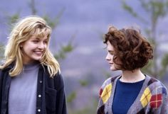 "Lara Flynn Boyle (""Donna Hayward"") and Sheryl Lee (""Laura Palmer"") in Twin Peaks currently on netflix, prime and showtime. Laura Palmer, Twin Peaks 1990, David Lynch Twin Peaks, Sheryl Lee, Grunge, Movies And Series, Tv Series, Hunger Games, Pretty Woman"