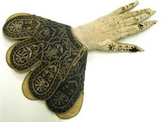 Leather glove with wrist strap silk fabric embroidered with metallic threads, the seventeenth century, Palazzo Madama in Turin, n. Medieval Clothing, Antique Clothing, Historical Art, Historical Clothing, Diy Clothes Design, 17th Century Fashion, Vintage Gloves, Metallic Yarn, Gold Embroidery