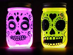 These glow in the dark Day of the Dead mason jar lanterns are very easy to make and you probably have all of the materials at home! Halloween skull glow in the dark lanterns. Diy Halloween, Halloween Mono, Cute Halloween Decorations, Holidays Halloween, Dinosaur Halloween, Halloween Halloween, Vintage Halloween, Halloween Makeup, Halloween Costumes