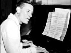 Howard Hoagland Carmichael (Bloomington, Indiana, 22 de noviembre de 1899 - Palm Springs, 27 de diciembre de 1981), conocido como Hoagy Carmichael, fue un compositor, cantante y pianista estadounidense de música popular y de jazz.  http://en.wikipedia.org/wiki/Hoagy_Carmichael  http://es.wikipedia.org/wiki/Hoagy_Carmichael
