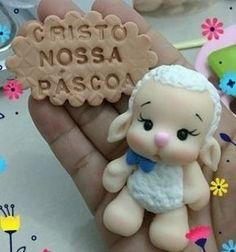 Te amo Jesus !❤ Polymer Clay Cupcake, Cute Polymer Clay, Polymer Clay Projects, Polymer Clay Creations, Diy Clay, Clay Ornaments, Ornament Crafts, Sheep Cake, Fondant Animals