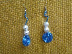 Brincos de arame azul com contas prateadas