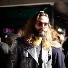 MODO FACES❕⠀ James O'Neill, cabeleireiro da ICH DIEN menswear. Fotografado por @francescalanaro_ #innovaoptical #modo #modoeyewear #oculosdesol #sunglasses #design #weselldesignforliving