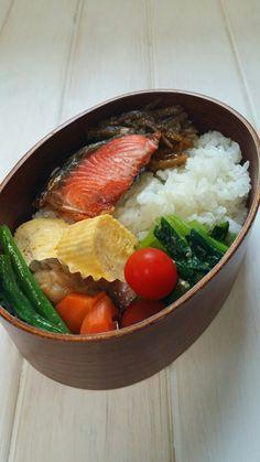 焼き鮭弁当 だし巻き卵、小松菜ごま和え、麩と野菜の甘辛煮、肉ごぼう、プチトマト