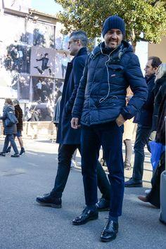 """ピッティウオモといえば、年に2度だけ行われる世界最大規模のメンズファッションブランド展示会だ。コレクション会場と違い、ビジネスのために世界各国からファッション業界を牽引するバイヤー達が集う場でもあるため、リアルな最先端のビジネススタイルをチェックできる。今回は、2017年1月に行われた""""ピッティウオモ 91″にフォーカスして注目の着こなしを紹介! ネイビーコート×ホワイトパンツスタイル 独特な風合いが特徴のトースカーナ地方の生地が目を惹くネイビーコートに、ロールアップやダメージが抜け感を加速させるホワイトパンツを合わせたクリーンなコーディネート。足元には、一枚革仕立てのスタンスミスをチョイスしてミニマルなスタイルを演出。 Nudie Jeans(ヌーディージーンズ) BRUTE KNUT PITCH WHITE オランダデニムブランドの「Nudie Jeans(ヌーディジーンズ)」。ウエストや太もも辺りまでゆとりがあり、膝から下に向かって急激にテーパードが効いたキャロットシェイプシルエットのBRUTE KNUTをピックアップ。 詳細・購入はこちら グレーチェスターコート..."""