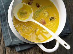 Kürbis-Möhren-Suppe - smarter - mit gebratenem Apfel und Cheddar-Käse - smarter - Kalorien: 282 Kcal - Zeit: 25 Min.   eatsmarter.de #eatsmarter #rezept #rezepte #moehre #karotte #gemuese #leicht #gesund #carotin #suppe #kuerbis #cheddar #apfel #eintopf