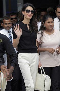 Amal Clooney llega a las Maldivas- un día de trabajo en blanco y negro