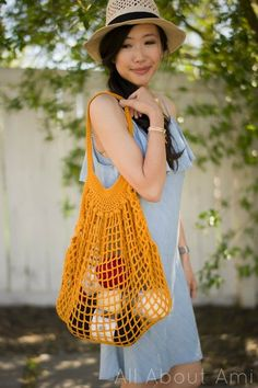This beautiful crochet market bag is designed by Alexi Tavel of Two of Wands! Using Cotton by Lion Brand Yarn, this bag is durable and expandable as it can hold all your essentials at the market, grocery store, and the beach! Bag Crochet, Crochet Market Bag, Crochet Shell Stitch, Crochet Jacket, Crochet Handbags, Crochet Purses, Crochet Slippers, Free Crochet, Crochet Ideas