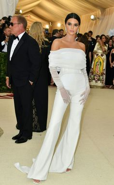 Kendall Jenner wearing a white Off-White jumpsuit with lace gloves at the 2018 Met Gala Jessica Chastain, Zuhair Murad, Blake Lively, Kendall White, Kendall Jenner Met, Christian Dior, Gala Themes, Met Gala Red Carpet, Gloves Fashion