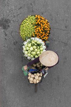 Artista registra fotografias fascinantes de vendedores de rua no Vietnã em cima de pontes