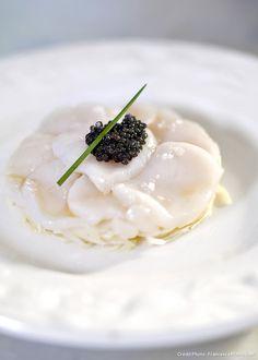 Recette de carpaccio de saint-jacques au chou blanc et caviar.