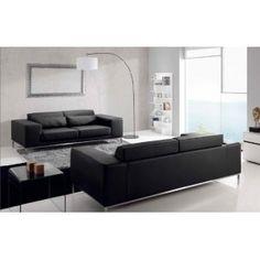 sofas negros y mesa lateral