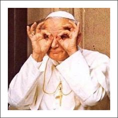 Dedos João Paulo II como binóculos