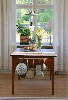 Traditional country kitchens are a design option that is often referred to as being timeless. Over the years, many people have found a traditional country kitchen design is just what they desire so they feel more at home in their kitchen. Rustic Country Kitchens, Country Kitchen Designs, Rustic Kitchen, Vintage Kitchen, Modern Sink, Interior Design Kitchen, Interior Inspiration, Hygge, Sweet Home