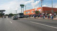 Así está el cierre de la Av Libertador de #Barquisimeto compradores exigen venta de pañales Vía @alexis_viera  #15E
