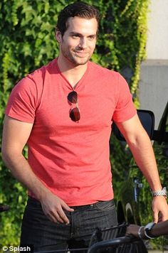 Henry Cavill and Kaley Cuoco showcase their super new romance as they go hiking AND hold hands on their grocery shop Henry Cavill News, Love Henry, Henry Williams, Scott Eastwood, Hollywood Men, Ideal Man, New Girlfriend, Kaley Cuoco, Wattpad