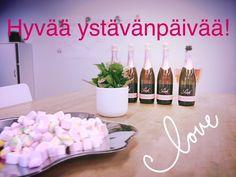 Ystävänpäivänä kirjoiteltiin seinälle terveisiä kollegoille ja nautittiin vaaleanpunaista skumppaa ja vaahtokarkkeja <3