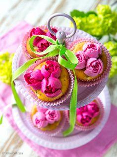 Ruusumuffinsit  Tämän kesän ehdoton koristeluhitti on aiheeltaan kukikas. Jos kermaruusujen pursottelu on koetellut kärsivällisyyttäsi tai et ole rohjennut siihen ryhtyä, suosittelen seuraavaksi askeleeksi Russian tip -tylloja. Niillä saa uskomattoman taidokkaita ruusuja yhdellä pursotuspussin puristuksella. Naurettavan helppoa ja samalla häikäisevän kaunista. Sweet Tooth, Cupcakes, Baking, Desserts, Death, Food, Kitchen, Tailgate Desserts, Deserts