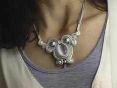 collana in soutache con pietre e cristalli