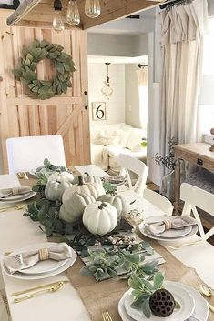 11 Beautiful Fall Tablescapes That Will Inspire You - Happy Happy Nester 11 wunderschöne Herbst-Tisc Dining Table Decor Centerpiece, Fall Dining Table, Centerpiece Decorations, Dining Room, Fall Table Settings, Elegant Table Settings, Outside Fall Decorations, Thanksgiving Decorations, Thanksgiving Table