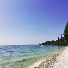 Ieri la giornata era decisamente migliore  #Repost @lauri_rott  Garda #giornataallago #gardalake #lagodigarda #cielolimpido #sunnyday #bluesky #nature #panorami #nelbludipintodiblu #gardaconcierge #photogc