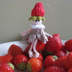 Crochet strawberry doll by helenahaakt.blogspot.com (Aardbeipopje haken)