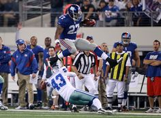 Running back Brandon Jacobs is out of the work at the moment and, according to a report, he's looking to reunite with his old pals in New York. New York Football, Giants Football, My Giants, New York Giants, Brandon Jacobs, Nfc East, Go Big Blue, G Man, Notre Dame