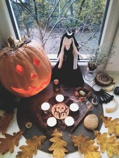 Samhain altar 2018 Spooky Halloween, Halloween Apples, Halloween Treats For Kids, Halloween Chocolate, Halloween Dinner, Samhain Ritual, Pagan Altar, Mabon, Ginger Ale