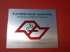 """Destinada aos fumantes do prédio, se trata de uma placa de """"Proibido fumar"""" afixada no ultimo andar da FAU, frisando sua mensagem em texto e  imagem."""