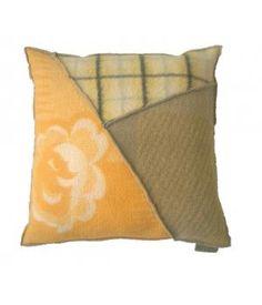 kussen met een hoes van wollen dekens in geometrisch patroon. Dit kussen heeft een stevig binnenkussen en is  50-50 cm. De laatste  foto is van een ander kussen in dezelfde kleurencombinatie.