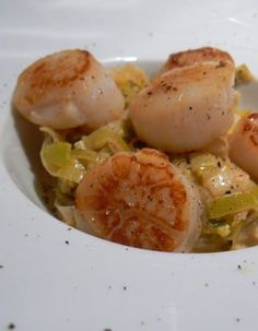 Food Network Recipes 72621 Scallops just seared in a little butter and accompanied by a leek fondue Fish Recipes, Meat Recipes, Seafood Recipes, Healthy Recipes, Romantic Dinner Recipes, Scallop Recipes, My Best Recipe, Foods With Gluten, Fish Dishes