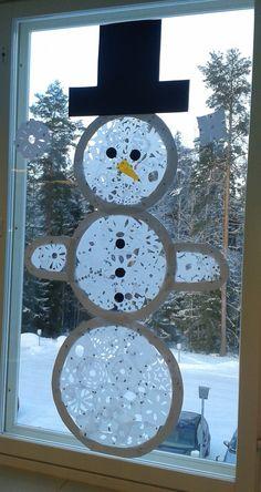 Lumiukko; sisus lumihiutaleita