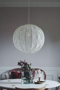 Lampskärm till taklampa.Svensktillverkad trådstomme i kopparmed spets i ljus gräddvit.Diameter: 60 cmHöjd: 50 cmLamphänge till denna modell säljs separat. Se d