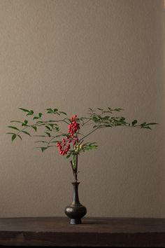 2012年1月3日(火)    難を転ずる、という願いをこめて。  花=南天(ナンテン)  器=金銅華瓶(鎌倉時代)