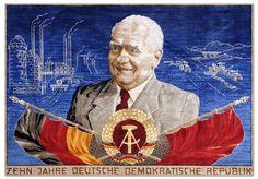 Der Wandteppich aus dem VEB Teppichwerke Wurzen wird 1959 als Ehrengabe zum zehnten Jahrestag der Staatsgründung der DDR aus der neuen Chemiefaser Regarn angefertigt.