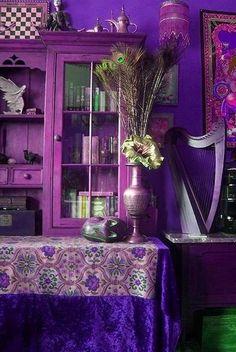 purples, display cabinet / Estanteria y decoración en morado