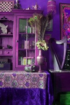 purples, display cabinet / Estanteria y decoración en morado