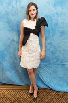 Emma Watson made a ladylike appearance to a photo call in BeverlyHills wearing a white embellished dress with a black bow. Emma Watson Beauty And The Beast, Emma Watson Style, Emma Style, Carolina Herrera, Enma Watson, Hogwarts, Sustainable Looks, Belle Hairstyle, Emma Love