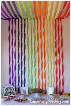 Super easy rainbow birthday party that kids will love. Including simple ideas for decorations and food that can easily be recreated. Use items from dollar stores to create an easy but fun party for both boys and girls. Party Kulissen, Fiesta Party, Art Party, Party Games, Party Ideas, Rainbow Parties, Rainbow Birthday Party, Rainbow Theme, Decoration For Ganpati