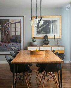 Mesa de sala de jantar com tampo de madeira e pés de Hairpin Legs. Fonte: @historiasdecasa