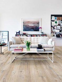 Los suelos de madera, ya sea naturales o fabricados con materiales que imitan su acabado, crean espacios cálidos. ¿Lo último? Tablones largos y superficies mates o satinadas, sin brillo extra...